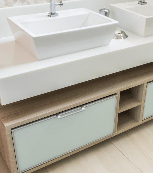 Banheiro Moderno Branco-Madeira
