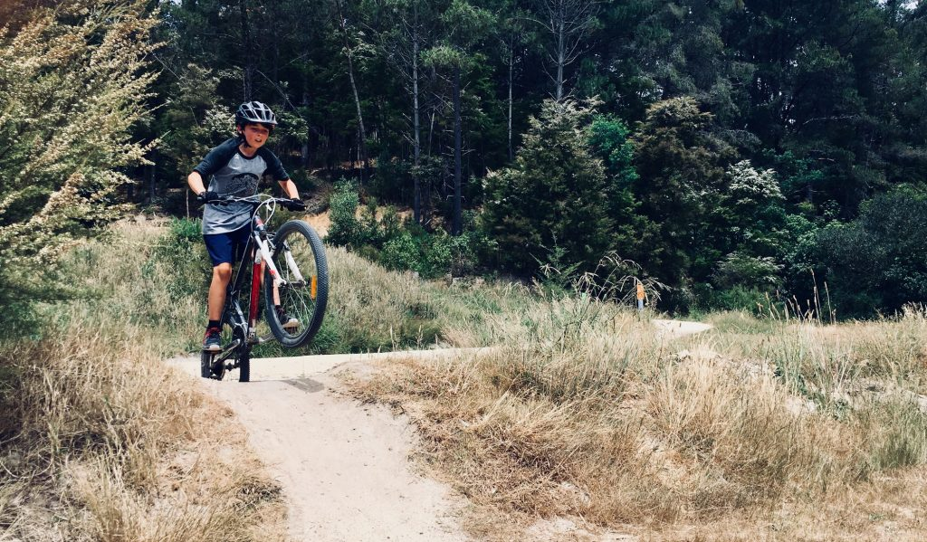 A MTB rider raises his front wheel.