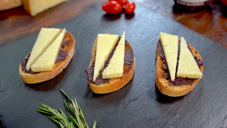Pan con manchego y olive spread