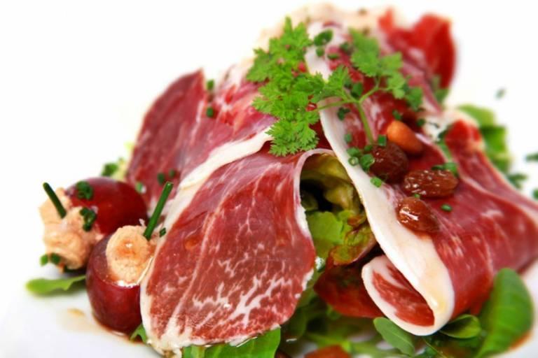 Lamb's lettuce, cherry tomatoes, raisins and Iberico ham Recipe
