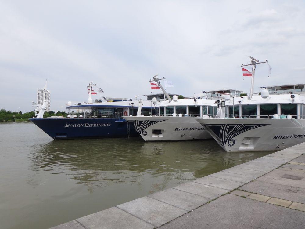 3 ships docking