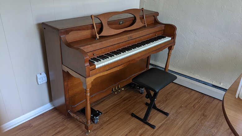 Antique wooden Etsey piano (Violin Bridge Construction 960)