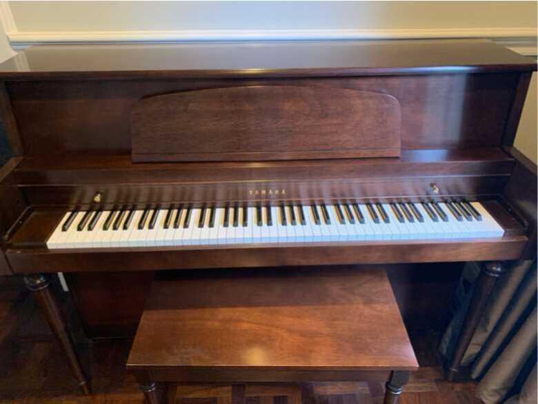 Yamaha M425 upright piano