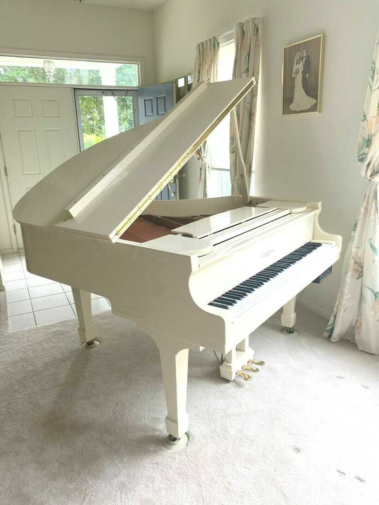 White self player baby grand piano with Yamaha key felt cove