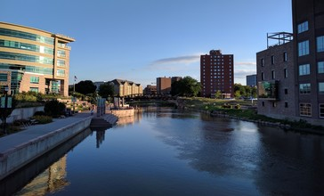 Downtown_Sioux_Falls_from_6th_St_Bridge_overlooking_Big_Sioux_River.jpg