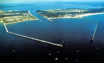 Muskegon_Michigan_harbor_entrance.jpg