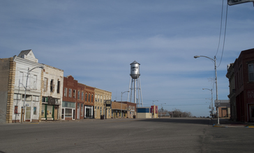 Cawker_City__Kansas_downtown_and_water_tower.jpg