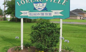 Photograph_of_the_Loreauville_sign_at_the_North_entrace_to_the_Village_of_Loreauville__Louisiana__USA.jpg