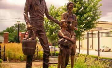 Statue_downtown_Broken_Arrow_Oklahoma.jpg