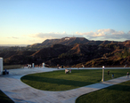 Griffith_Observatory_entrance_lawn_with_Hollywood_sign.jpg