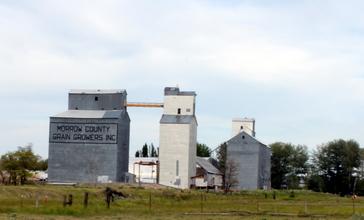 Grain_elevators_in_Lexington_Oregon.jpg