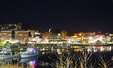 Norwich_CT_harbor_at_night.jpg