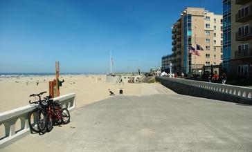 Seaside_Oregon_seawall_and_beach.JPG