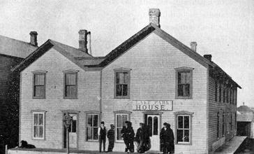 Pioneer_Hotel_in_Lake_Park__Iowa__1902_.jpg