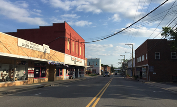 2016-06-26_18_37_03_View_south_along_Virginia_State_Route_42_and_east_along_Virginia_State_Route_259_Alternate__Main_Street__between_Mason_Street_and_Miller_Street_in_Broadway__Rockingham_County__Virginia.jpg