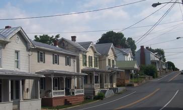 Houses_in_Mount_Crawford__Virginia.jpg