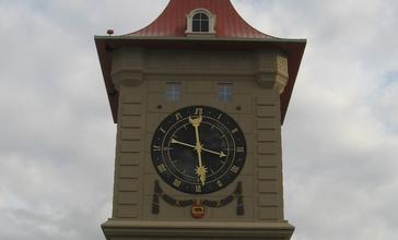 Clock_tower_in_Berne__Indiana.jpg