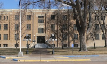 Grant_County__Kansas_courthouse_from_W_2.JPG