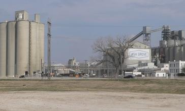 Ash_Grove_cement_plant_Louisville_Nebraska_1.JPG