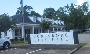 Jonesboro__LA__City_Hall_MVI_2685.jpg