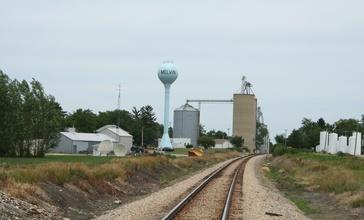 Melvin_Illinois_water_tower_and_grain_elevator.jpg