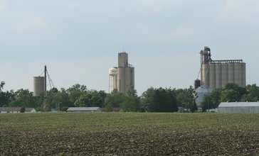 Weldon_Illinois_Water_tower_and_Grain_Elevators.jpg