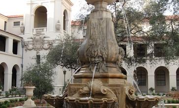 Courtyard_of_Pasadena_City_Hall.jpg