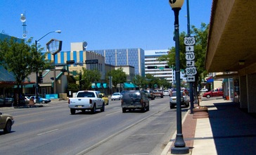 Roswell_NM_Main_Street.jpg