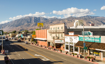 Downtown_Bishop_with_the_Sierra_Nevada_Mountians_in_the_background.jpg