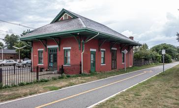 Old_Colony_Riverside_train_station.jpg
