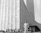 Dag_Hammarskjold_outside_the_UN_building.jpg