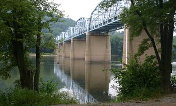 Highway_bridge_across_the_Potomac_River_at_Point_of_Rocks__Maryland__July_7_2005_.jpg