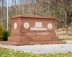 Tomb_of_Jim_Thorpe_b.jpg