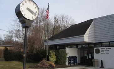 Street_clock_at_Mastic_Post_Office.JPG