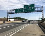 2018-05-21_15_50_21_View_south_along_Interstate_95__New_Jersey_Turnpike__just_north_of_Exit_8A__New_Jersey_State_Route_32__To_U.S._Route_130__Jamesburg__Cranbury__on_the_border_of_South_Brunswick_and_Monroe_in_Middlesex_County__New_Jersey.jpg