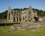 Tintern_Abbey_and_Courtyard.jpg