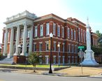 Hattiesburg_Courthouse_and_Confederate_Monument.jpg
