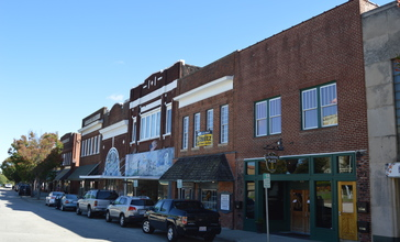 Main_Street_on_courthouse_square__Roxboro.jpg