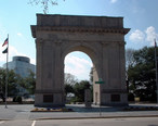 Newport_News_Victory_Arch__25th_St._and_West_Ave.__Newport_News__VA__April_2006_.jpg