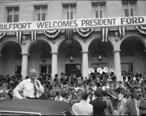 President_Ford_during_a_campaign_stop_-_NARA_-_7027915.jpg