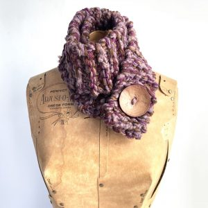 Scarf in brown and purple shades with brown button
