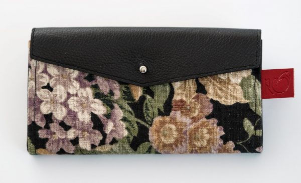 Long wallet for women in black leatherand floral canvas.