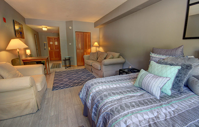 Cozy Gateway Lodge Studio Perfect for a Mountain Retreat With Your Special Someone