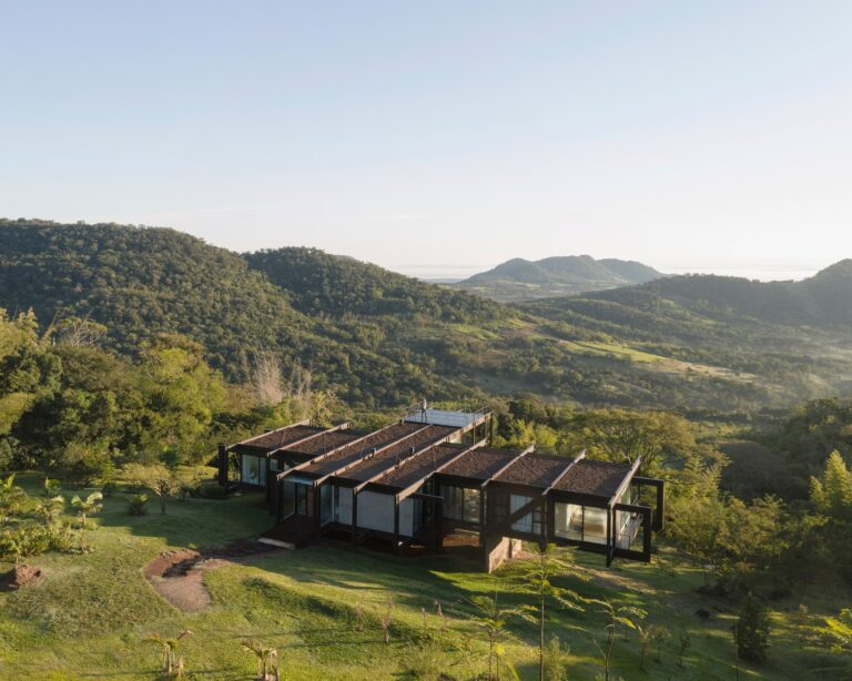 Steel house in Paraguay by Bauen was assembled in seven days