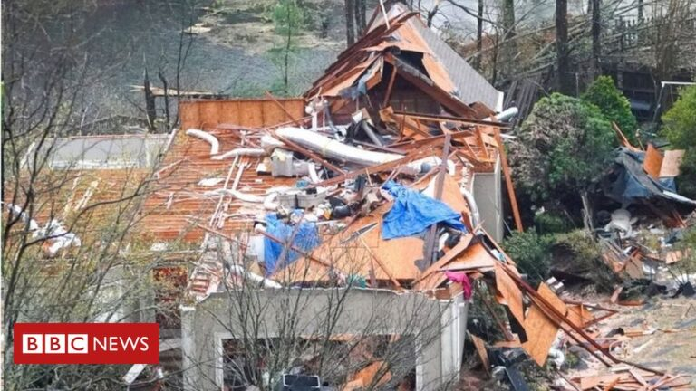 'Lives lost' as tornadoes sweep Alabama