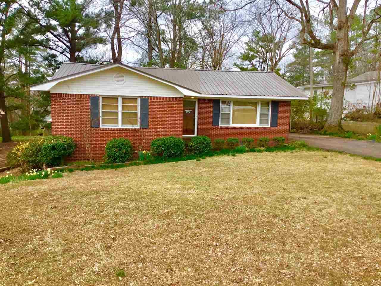 266 Woodlawn Dr, Selmer, TN