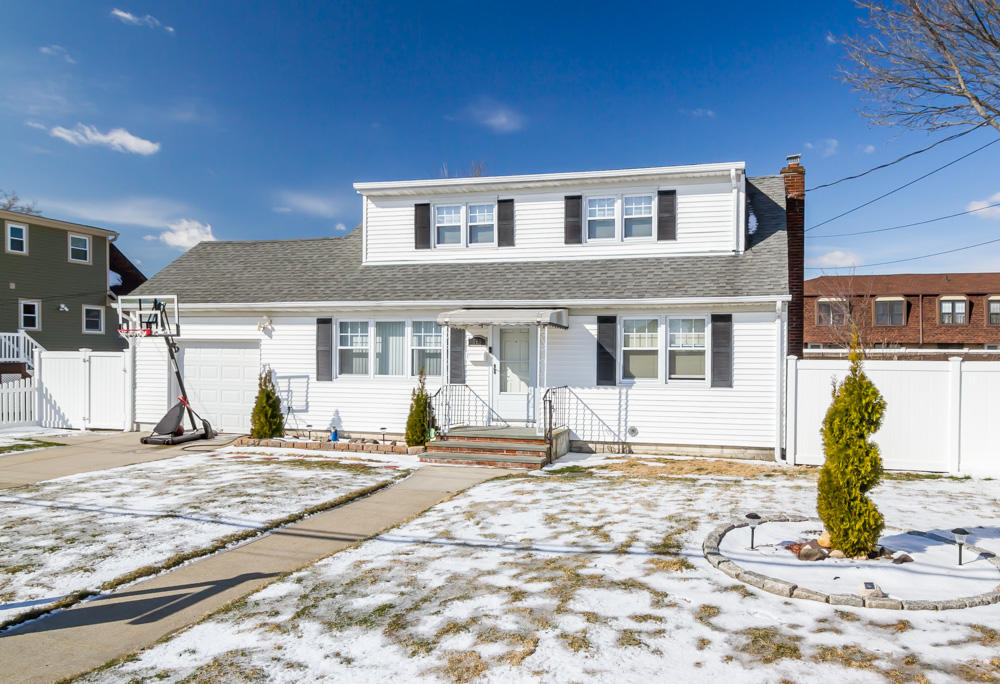 350 West Dr, Copiague, NY