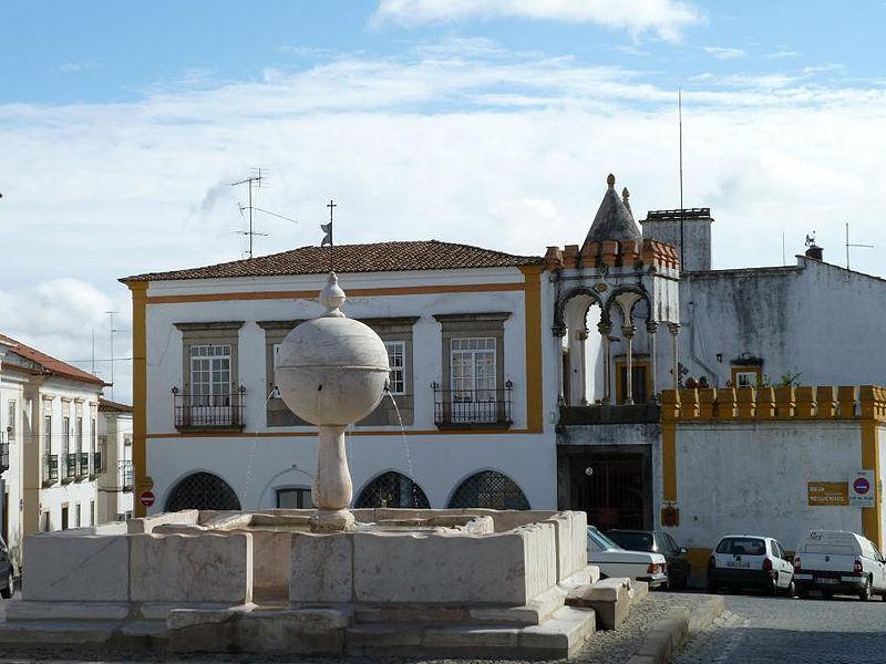 Площадь Ларго да порта де Моура