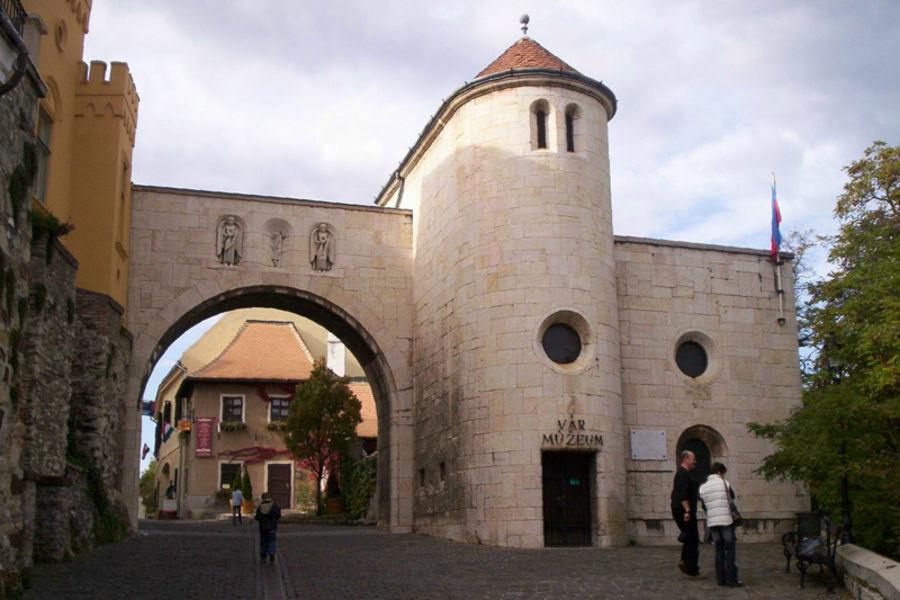 Ворота замка и музей