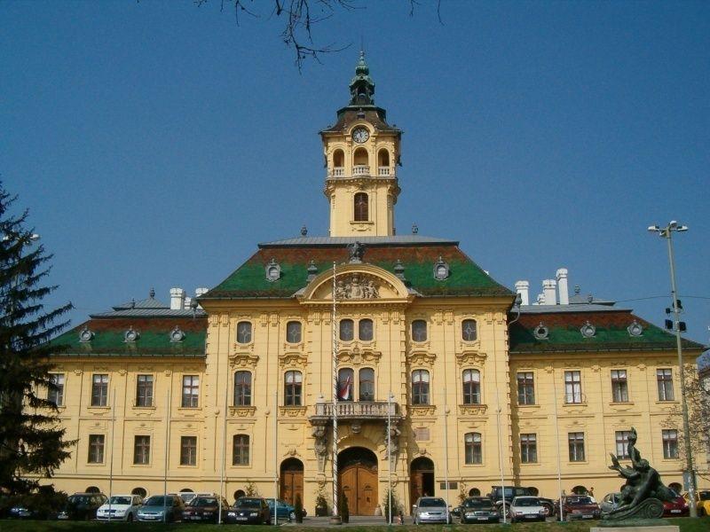 Площадь Сеченьи и ратуша